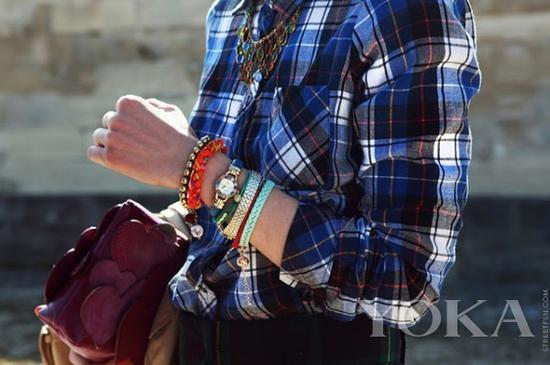编织手链混搭,图片来自Stylescoop。