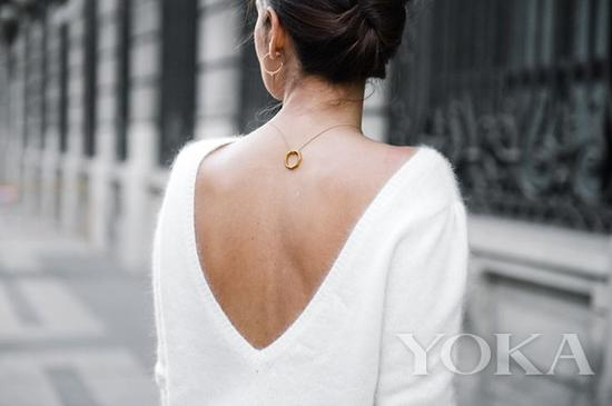 反戴项链,图片来自FashionTasty。