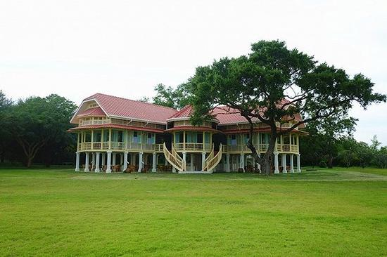 提供宫廷下午茶的二层小楼精致漂亮,门口还有棵大树