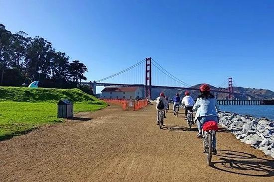 骑行穿过金门大桥。