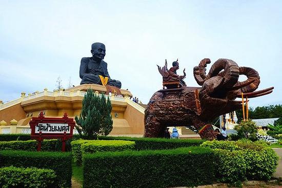龙普多的雕像很大,远远就能看到,高台下还有两只有三只头的大象木雕