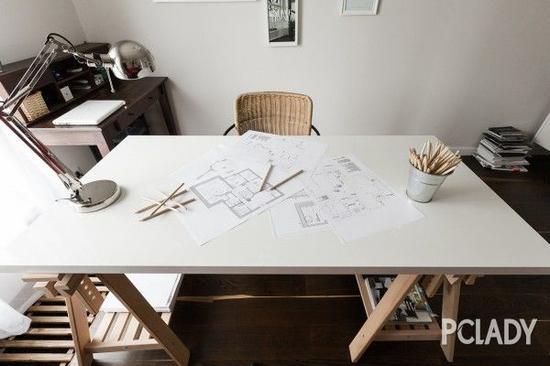 工作间的吊灯采颇具金属质感,与整个别墅的现代风格相契合。