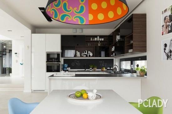 开放式的置物架,让厨房看起来更通透、灵动。