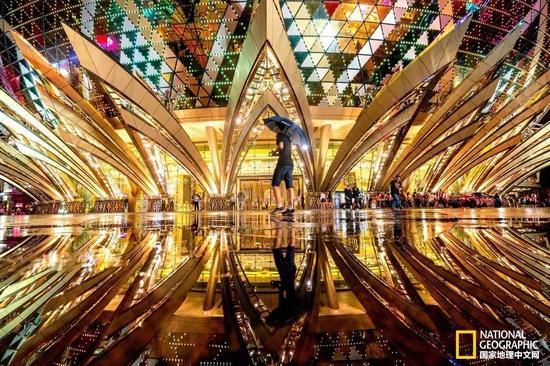 """金光闪闪的赌场――在""""葡京""""的垄断崩溃后,这座新建的赌场被认为是澳门最丑的建筑之一。摄影:Antonio Leong"""