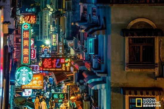 大街小巷里花花绿绿的灯牌,充满了生活的气息。摄影:Antonio Leong