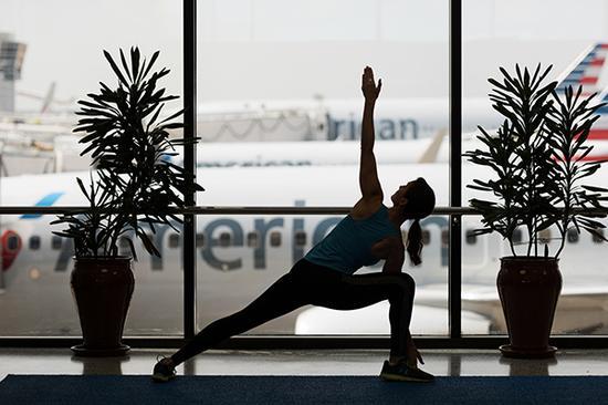 达拉斯机场的瑜伽馆拥有绝赞的停机坪风景。DFW Airport 图