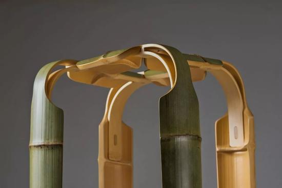 这把竹凳全身没有一颗铁钉,利用了传统的竹榫卯工艺,以竹钉做固定。