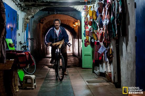索维拉的老人,起着自行车,穿梭于这些古老的隧道之中