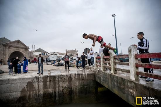 跳海――似乎是这群海边长大的男孩证明自己勇气的最佳方式