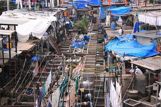 在贫民窟里住上一晚 体验孟买千万贫民的