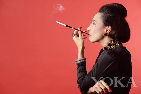 热爱红色的戴安娜·弗里兰,图片来自vip.lobortas。