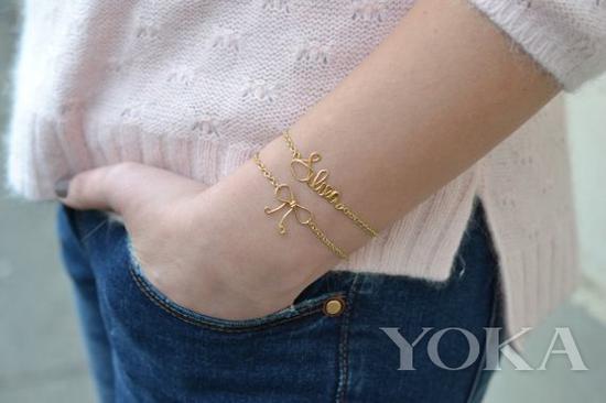 金色手链,图片来自BE News。