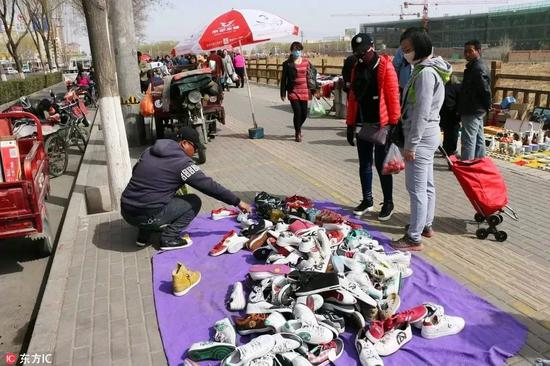 甘肃省张掖市集市,二十元一双的名牌运动鞋,估计假货的可能性很大