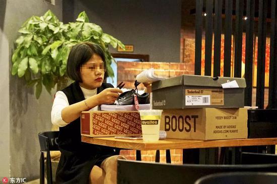 商贩正在修改鞋面标签,以便于假鞋看起来更逼真