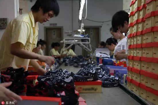 福建晋江,生产线上的工人们正有序的进行生产