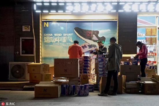 福建莆田,晚间是高仿鞋的狂热交易市场,商贩正在市场内交易
