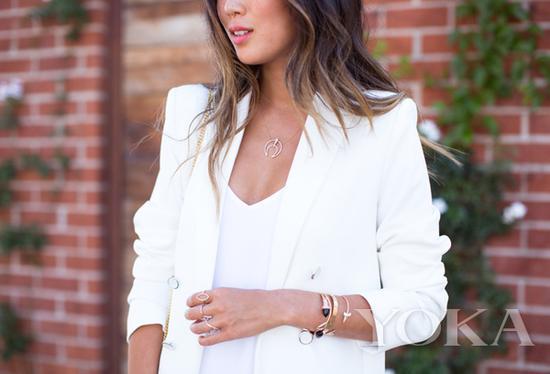 金色项链,图片来自Song of Style。