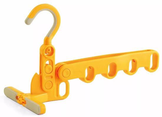 它可以挂在任何你能钩的地方。门后、抽屉上、挂杆上,甚至是柜子里面。