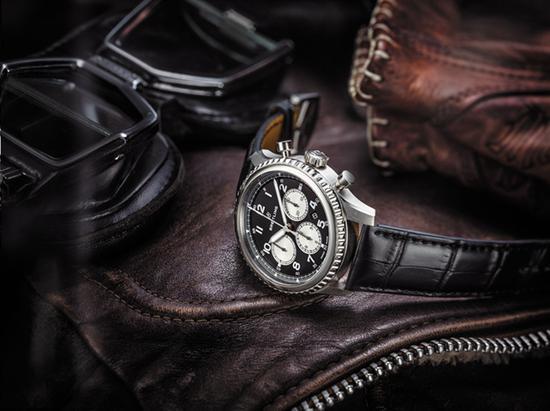 航空计时8 b01腕表(navitimer 8 b01)黑色表盘黑色鳄鱼皮针扣式表带,图片来源百年灵。