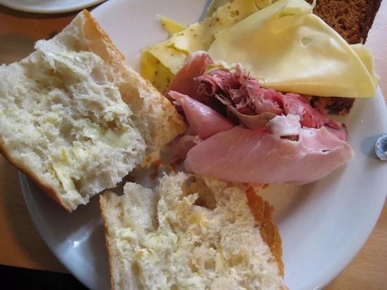 一盘火腿、奶酪和面包拼盘