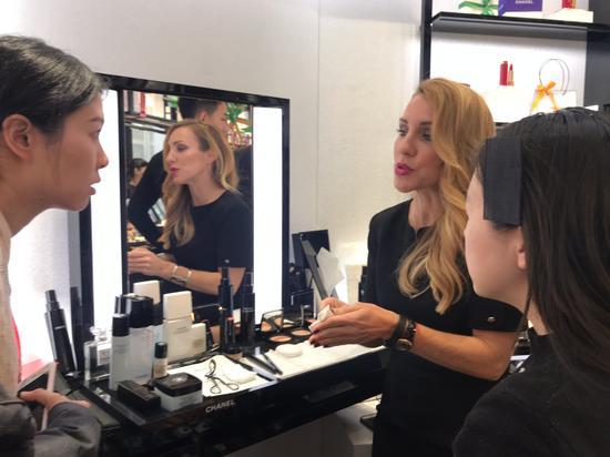 6:主题店主要是为了客人可以真正参与到彩妆世界里,互动性极高。