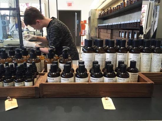 根据你的选择调制香水:先倒入可溶解香精的物质,再加入浓缩香精,轻晃融合。