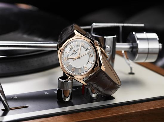 FIFTYSIX伍陆之型系列自动上链18K 5N 粉红金腕表,售价15万,图片来源于江诗丹顿。