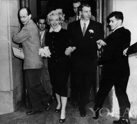 梦露和狄马乔登记结婚后走出市政厅,图片来自HuffPost。