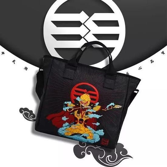 还有上图所示的手提包款式,它的刺绣花纹面积更大,视觉效果不要太赞。