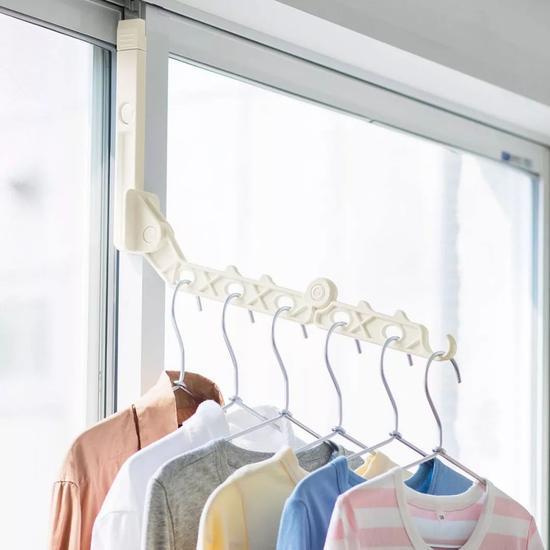 利用5-8cm长的铁片,直接插进窗框和窗户的缝隙里,钩住窗户的顶端。