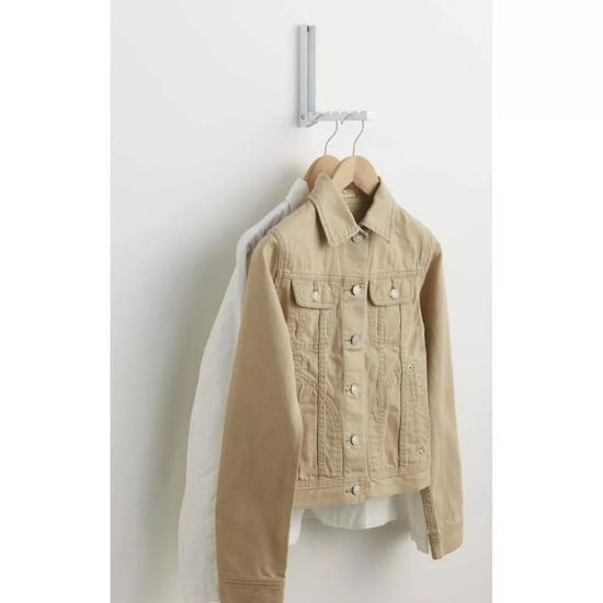 """购买方式:淘宝版""""隐形衣架挂钩""""30元以内,日本felissimo官网,90元。"""