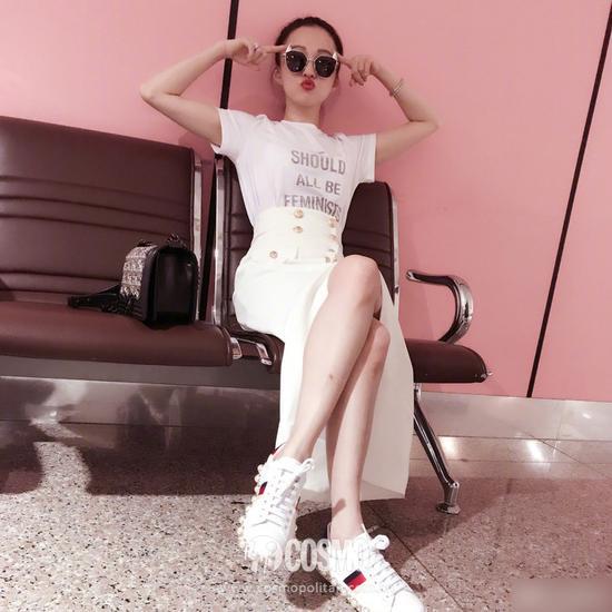 张韶涵身着Dior T恤、脚踩Gucci小白鞋、佩戴宝格丽珠宝、包袋来自Chanel