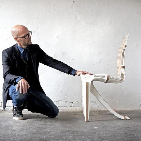 这把椅子由17块分层桦木单板制成,将传统的白桦木材质玩出了新的感觉。