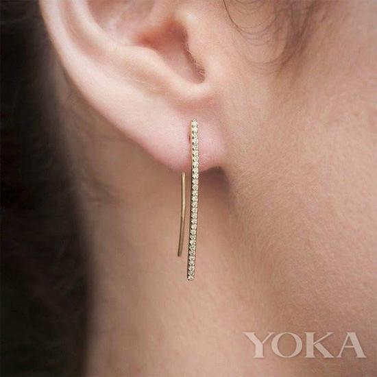 金色精致耳环,图片来自Anne Sisteron。