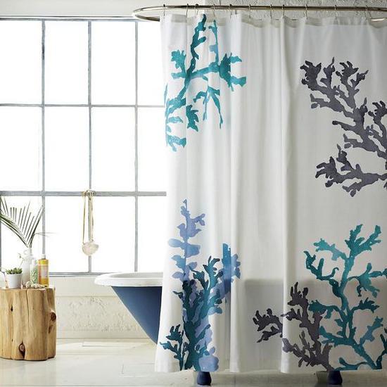 蓝色浴帘 图片来源自POPSUGAR