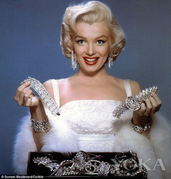 梦露在电影中佩戴人造宝石,图片来自Pinterest。
