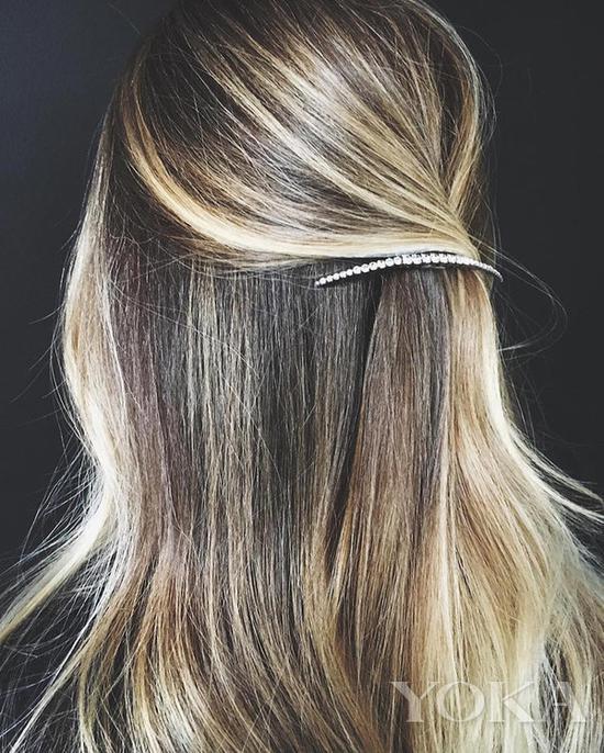 单排水钻发夹,图片来自The Fashion Spot。