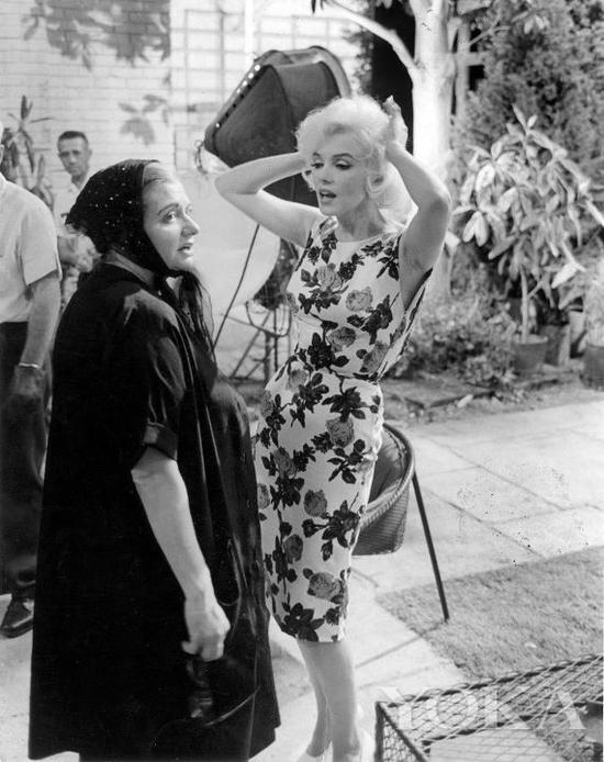 梦露和Paula Strasberg,图片来自Pinterest。
