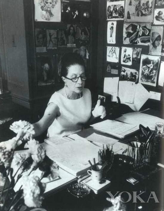 戴安娜·弗里兰在办公室,图片来自Diana Vreeland Legacy。