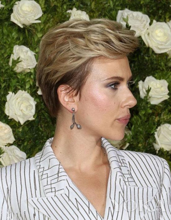 斯嘉丽·约翰逊佩戴耳环,图片来自Papyruz。