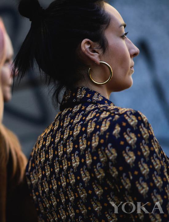 优雅的hoop耳环,图片来自Wheretoget。