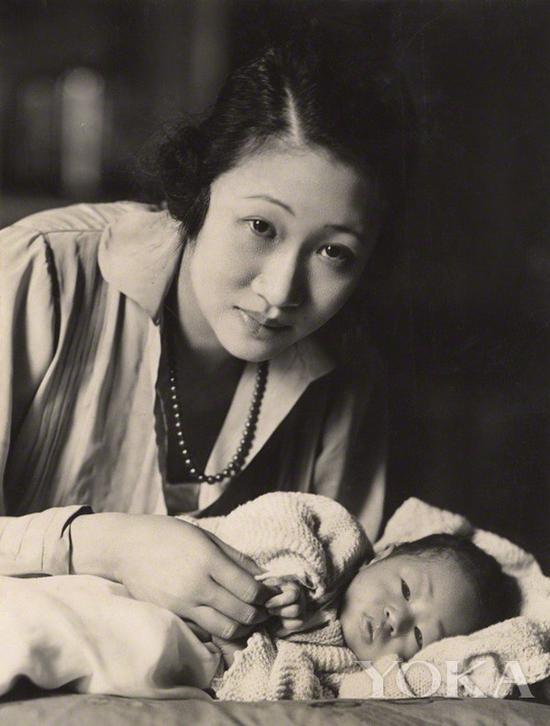 黄蕙兰和幼子,图片来自Wikimedia Commons。