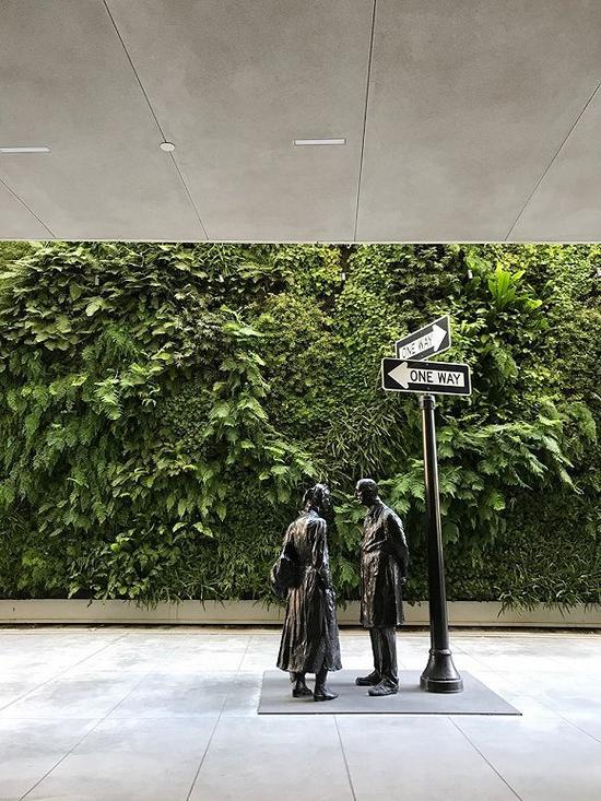SFMOMA二层开辟的室外平台,并配备植物绿墙,使现代艺术与自然风景完美融合。