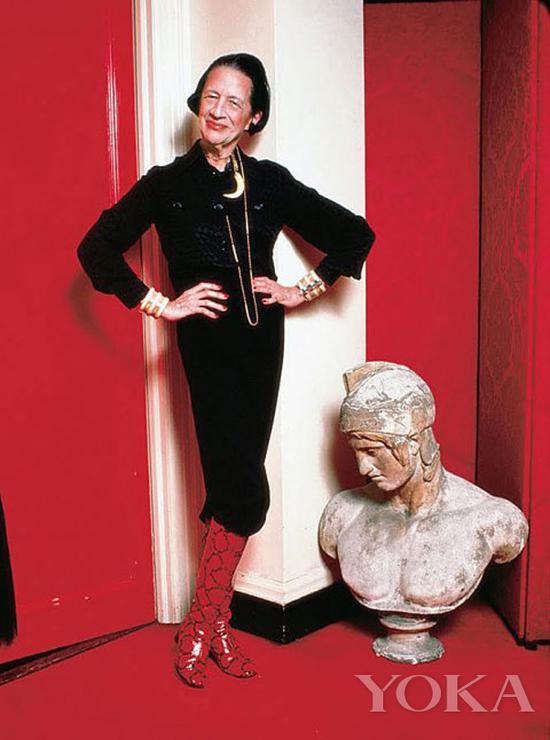 戴安娜·弗里兰佩戴骨质首饰,图片来自Diana Vreeland Legacy。