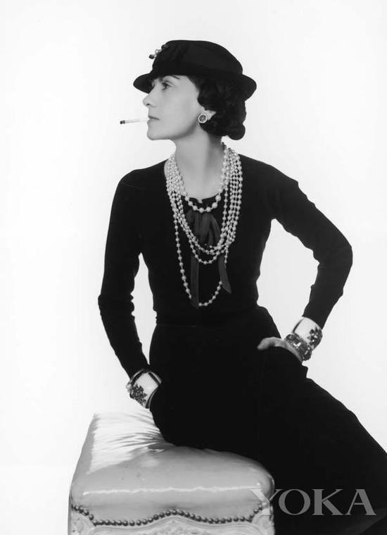 Coco Chanel佩戴珍珠项链,图片来自Pinterest。