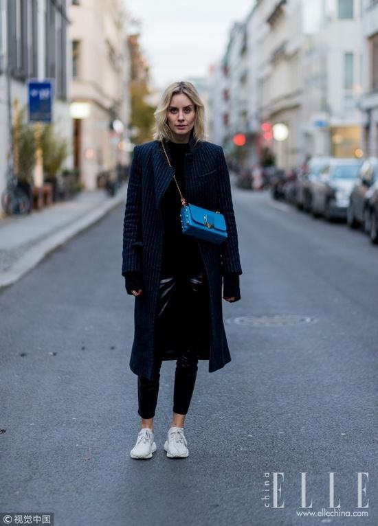 大衣+球鞋 温暖时髦同时健步如飞