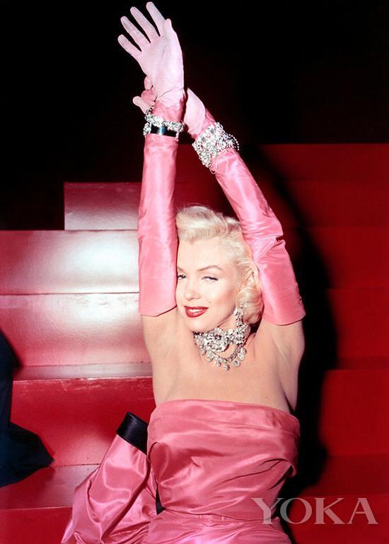 玛丽莲·梦露在在电影《绅士喜爱金发女郎》中的经典造型,图片来自Pinterest。