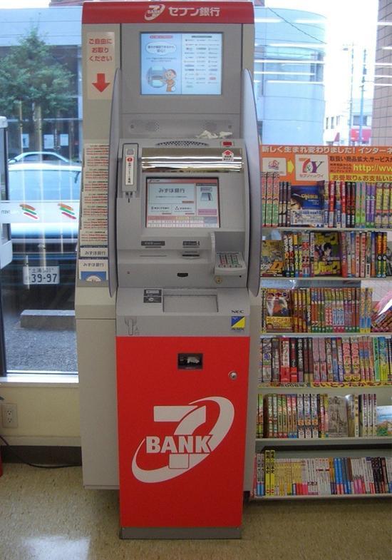 在日本,几乎每家便利店都会有自己的书刊角。