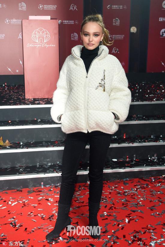 Lily  Rose-Depp身着Chanel  2017早秋系列外套