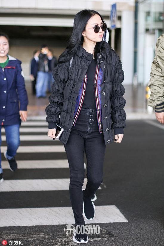 张韶涵身着Gucci针织衫、肩挎宝格丽包袋、脚踩Balenciaga球鞋